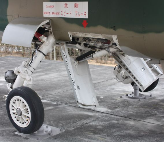 F-1 main undercarriage